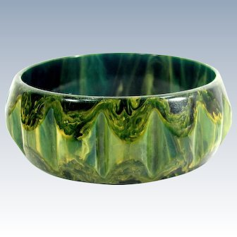 Vintage CREAMED SPINACH BAKELITE Bangle Green Yellow Swirl Carved Bowtie Bracelet