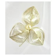 Vintage Floral Brooch in Spun Silver Tone Wire and a Faux Pearl