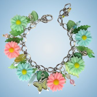Charm Bracelet of Daisies in Pastel Colors – Butterfly – Sparkling Crystals