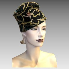 Vintage Late 1940s-Early 1950s Green Velvet Gold Detail Turban Style Slouch Cocktail Formal Hat