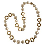 Les Bernard simulated pearl necklace chunky gold tone links