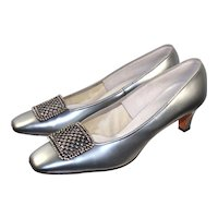 """Vintage 1960s """"Town & Country"""" Silver Patent Leather Pilgrim Pumps 9N"""