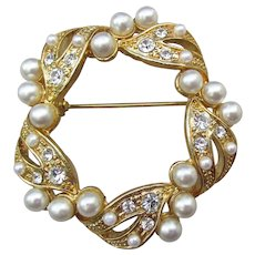 Pretty AAi Signed Faux Pearl & Rhinestone Vintage Circle Pin