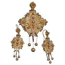 An Antique 2 Tone 18Kt  gold And Diamonds Etruscan Revival suite. Italy Late 19th Cent