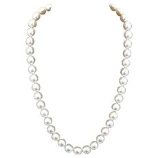 Vintage 9 – 9.5 mm white Round Akoya Cultured Pearl Necklace with 18 Kt Gold mount