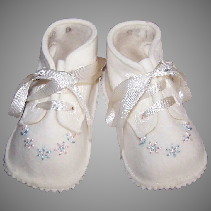 079cc4b61e20c Unused VINTAGE Hand Embroidered Wool Baby Shoes in Original Box - Made by  Trimfoot - Baby Deer Brand