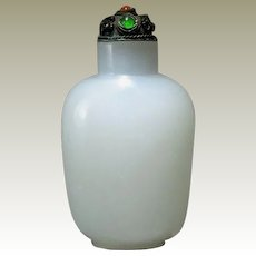 Attractive old white Peking Glass Snuff Bottle