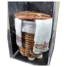 NIP Reutter WICKER HAMPER Laundry Basket & Towels 1:12 Dollhouse Miniature