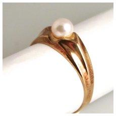 An Art Deco 8 Karat Gold Single Cultured Pearl Ring