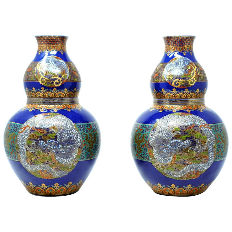 Japanese Pair Of Imari Vases From The 18th Century With Gold Gilding