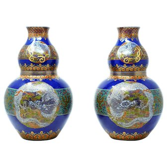 Japanese pair of Imari vases from the 18th century with gold gilding and enamel dragon design
