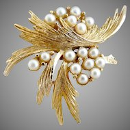 Vintage faux pearl brooch gold leaves 1950s