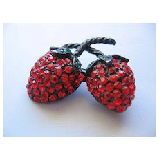 Vintage Weiss Red Rhinestone Strawberry Brooch