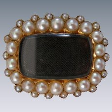 A Georgian 18 ct Gold and Seed Pearl Fichu Mourning Brooch. Circa 1830.