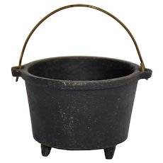 Vintage Virginia Metalcrafters Cast Iron Miniature 3-Leg Bean Pot English Kettle Wire Swing Handle