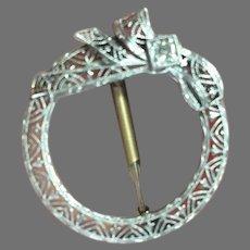 14K Filigree Circle Ribbon Diamond Pin