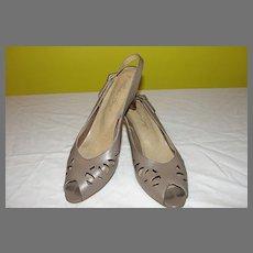 Toe Tapping Taupe Peep Toe Stack Heel Shoe size 9 - b34