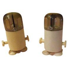 Start 'em Up - Wind-up robot Sat and Pepper Shakers - b56