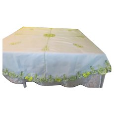 Yellow Embroidered Flowers om Round Tablecloth - b277