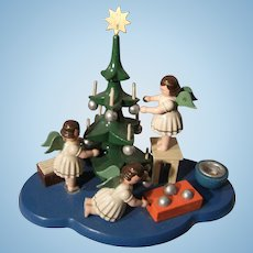 Wooow.... whát a beautiful old performance,  4 little angels around the old Christmas tree....