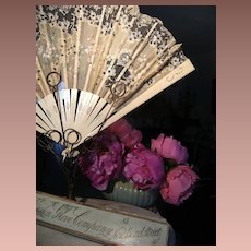 Beautiful fan in original blue box, with lovely provenance and standard.