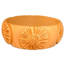 Gorgeous Unique Vintage Cream Carved and Raised BAKELITE Bangle Bracelet