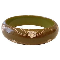 Vintage Carved Green BAKELITE Bangle Bracelet with Incised White Paint