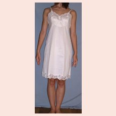 Vintage 1970 Vanity Fair White Full slip NEW NWT Taffeta sz 34