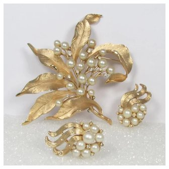Crown TRIFARI Huge Faux Pearl Leaf Brooch + Earrings ~ Vintage ~ Elegance!
