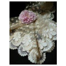 Delicious flounce 19th C. French hand made ecru silk lace : Blonde de Caen