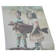 Charming old French tinted April Fools postcard : young children with fish : 1st April
