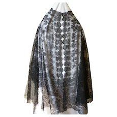 Charming 19th century black Chantilly lace ladies cape / shawl : floral motifs