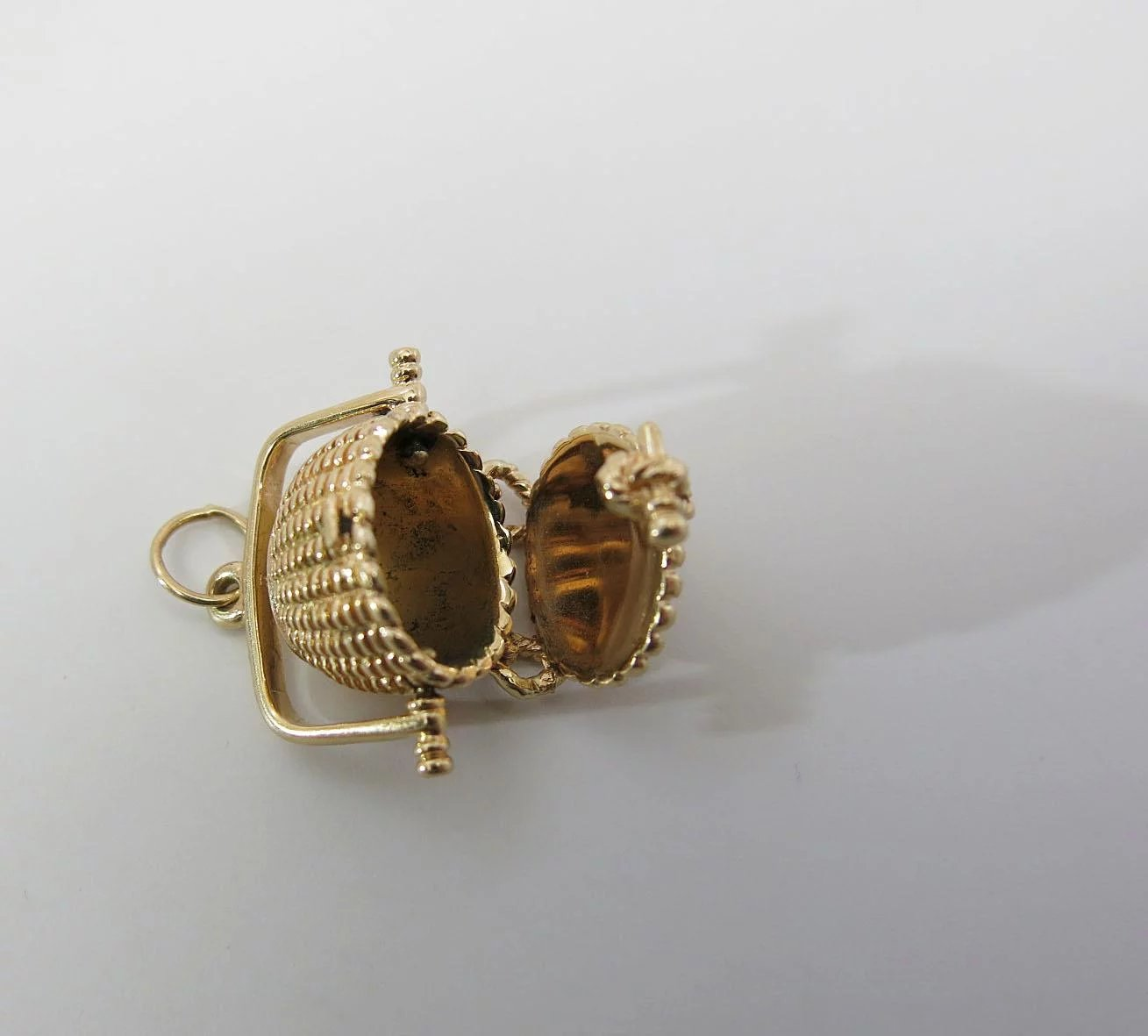 Click To Expand Large Vintage 14k Gold Nantucket Basket Charm With Scrimshaw Cover