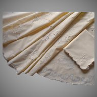 Vintage Round Tablecloth Set 8 Napkins Unused Yellow Hand Embroidered