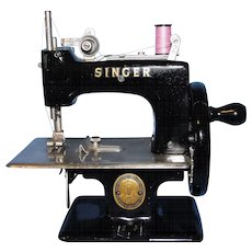 Vintage Child's Singer Sewing Machine - Excellent Working Condition!