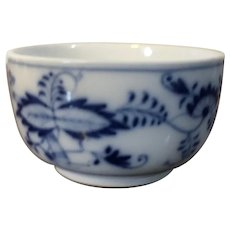 Antique 18th century Meissen Porcelain Small Bowl in a Variant of the Blue Onion Pattern