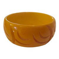 1930s Art Deco Carved Cream Bakelite Pictograph Carved Bangle Bracelet.