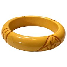 1930s Simple Cream Resin Washed Coral Tiki Carved Bakelite Bangle Bracelet
