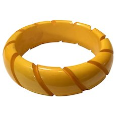 1930s Simple Cream Resin Washed Coral Lobed Rope Carved Bakelite Bangle Bracelet