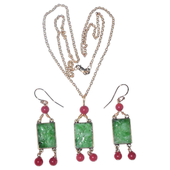 Enchanting Vintage Chinese 14K Yellow Gold Carved Rich Apple Green Jadeite Jade Aka Oxblood Red Coral Pendant Necklace & Earrings Set