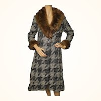 Vintage 1970s Tweed Wool Coat with Sheepskin Collar and Cuffs - Ladies - S