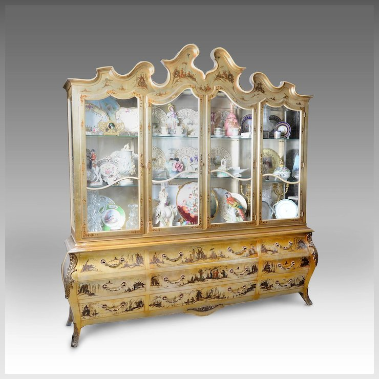 Merveilleux Venetian Style Gold Lacquer China Cabinet With Chinoiserie Figures