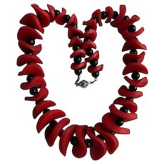 Vintage Frilly Lucite Graduated Red And Black Beads Necklace