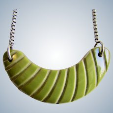 ART DECO Half Moon Modernist Avocado Green Carved BAKELITE Chrome Box Chain
