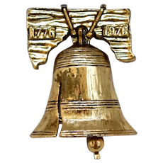 """Gerry's Signed Liberty Bell w/ Moving Clapper """"1776 - 1976"""" 200 Year Old America Commemorative Figural Brooch / Pin"""