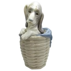 LLadro Dog In Basket Porcelain