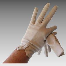 Beige Nylon Gloves Vintage 1950s Wristlet Pearl Buttons