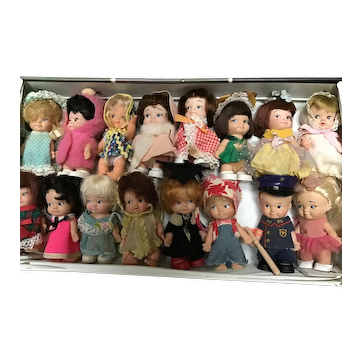 Awesome PeeWee Village Collection of 16 Dolls in Pee Wee Village Carry Case By Uneeda, Ideal