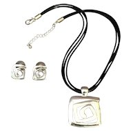 Moderne Style necklace and earrings
