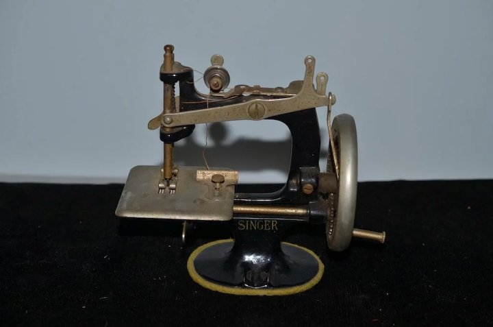 Old Miniature Singer Sewing Machine 40 In Original Box Child's WORKS Enchanting Miniature Singer Sewing Machine